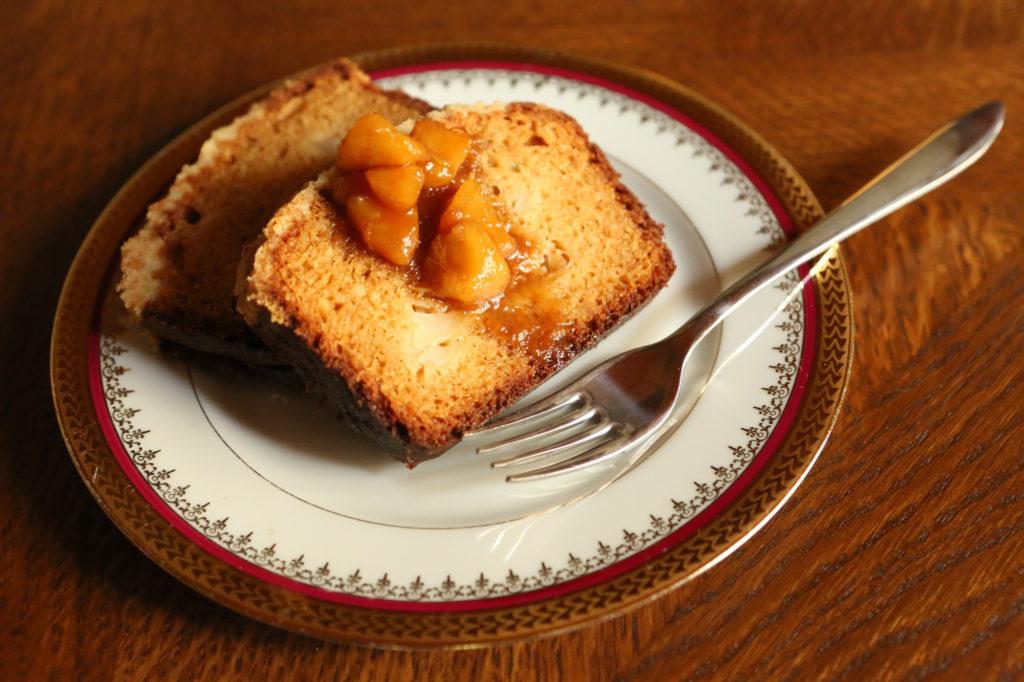 dessert avec des poires et du caramel